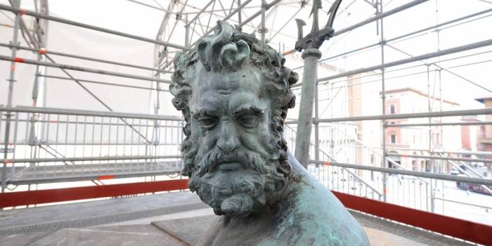 """La Fontana del Nettuno """"impacchettata"""". Non opera di Christo, ma restauro."""
